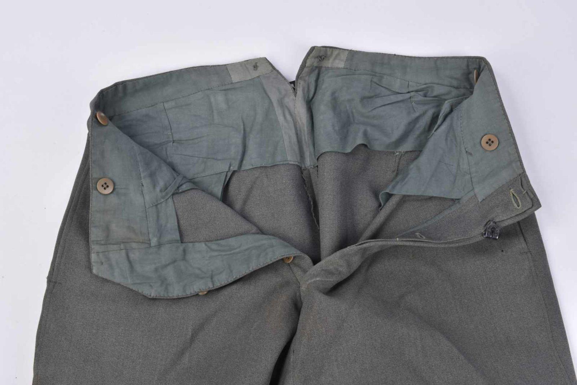 Pantalon culotte de cheval en gabardine grise, probablement une confection tailleur. Tous les - Bild 2 aus 3