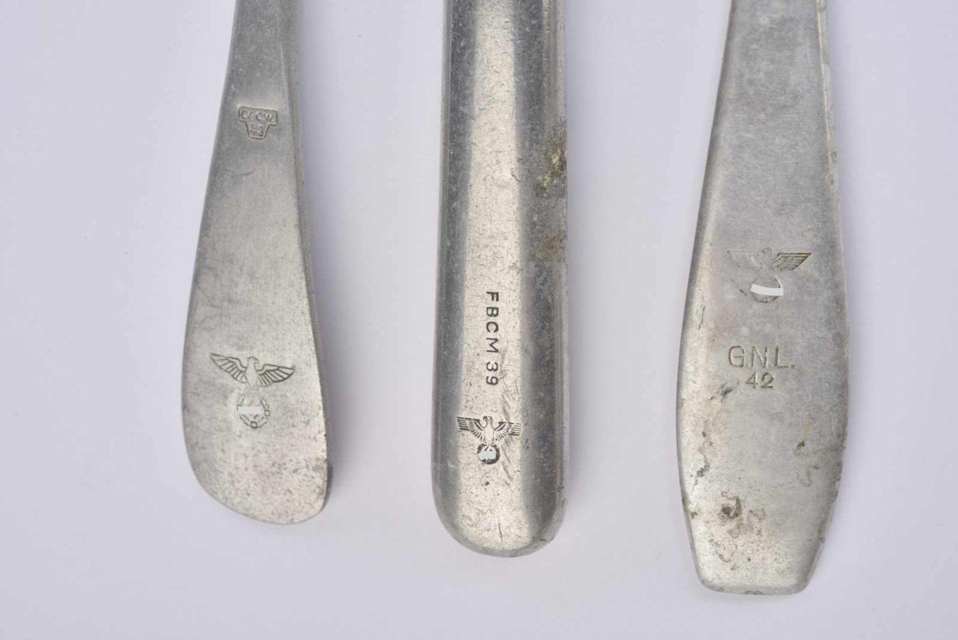 Ensemble de couverts de la Heer comprenant une fourchette en métal datée 43. Une cuillère en métal - Bild 2 aus 2