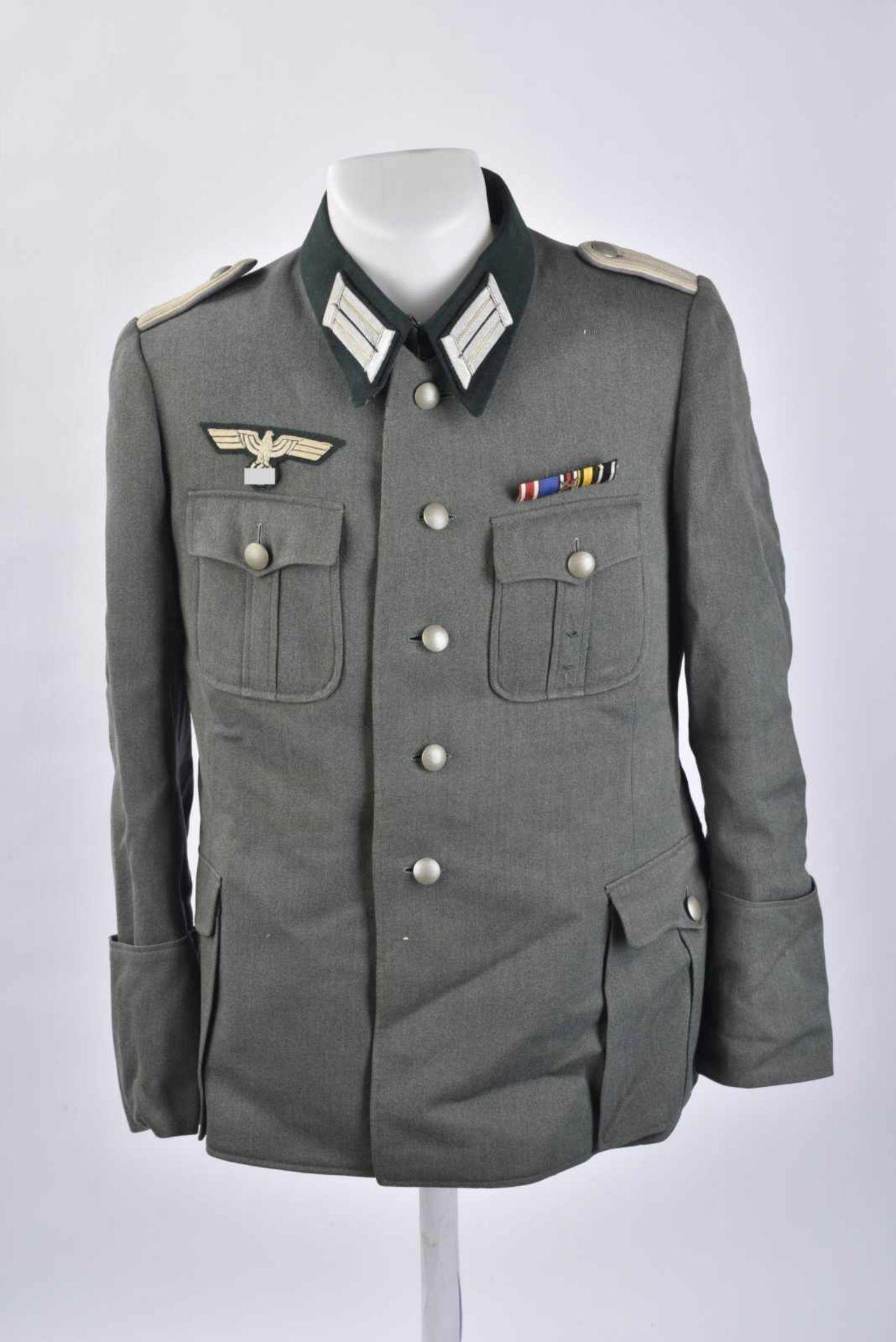 Vareuse de Leutnant de l'infanterie en gabardine Feldgrau tous les boutons sont présents.