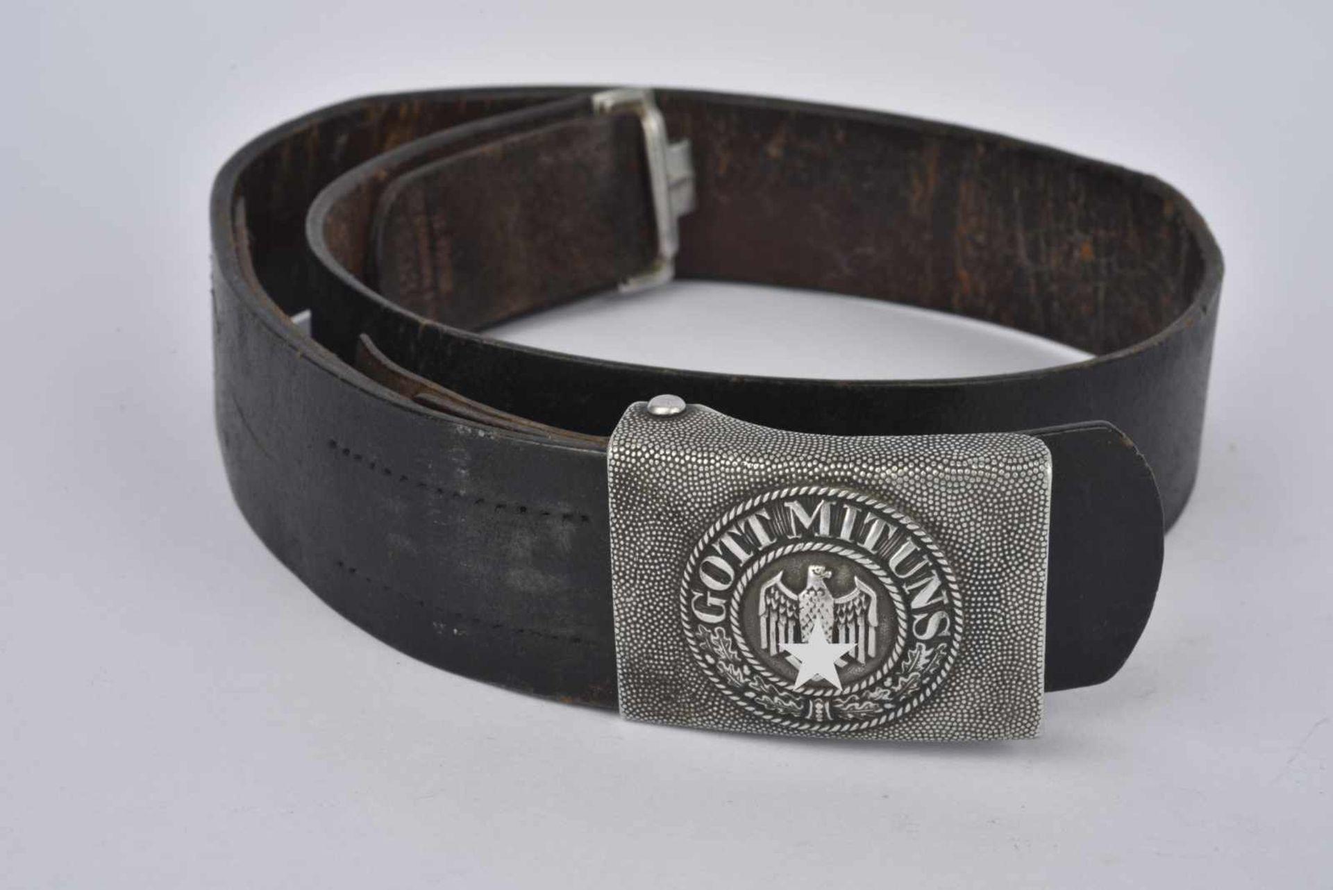 Ceinturon de la Heer en cuir noir, marqué et daté 1939. Boucle de ceinturon en métal grenelé,
