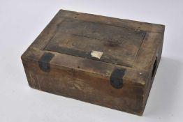 Caisse à munitions allemandes en bois, fermetures complètes. Marquages sur le couvercle «