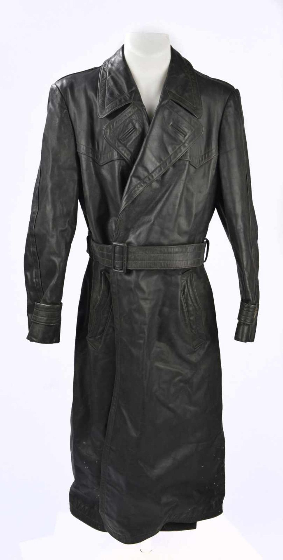 Manteau d'officier en cuir en épais cuir noir, tous les boutons sont présents, ainsi que la ceinture
