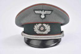 Casquette d'officier d'artillerie nominative en gabardine Feldgrau, triple liseré rouge de l'