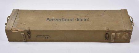 Caisse pour Panzerfaust Klein en bois, peinture sable à 80%, marquages sur le couvercle «
