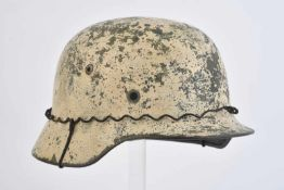 Coque de casque camouflée hiver. Coque de casque modèle 35 de fabrication NS. Peinture camouflée