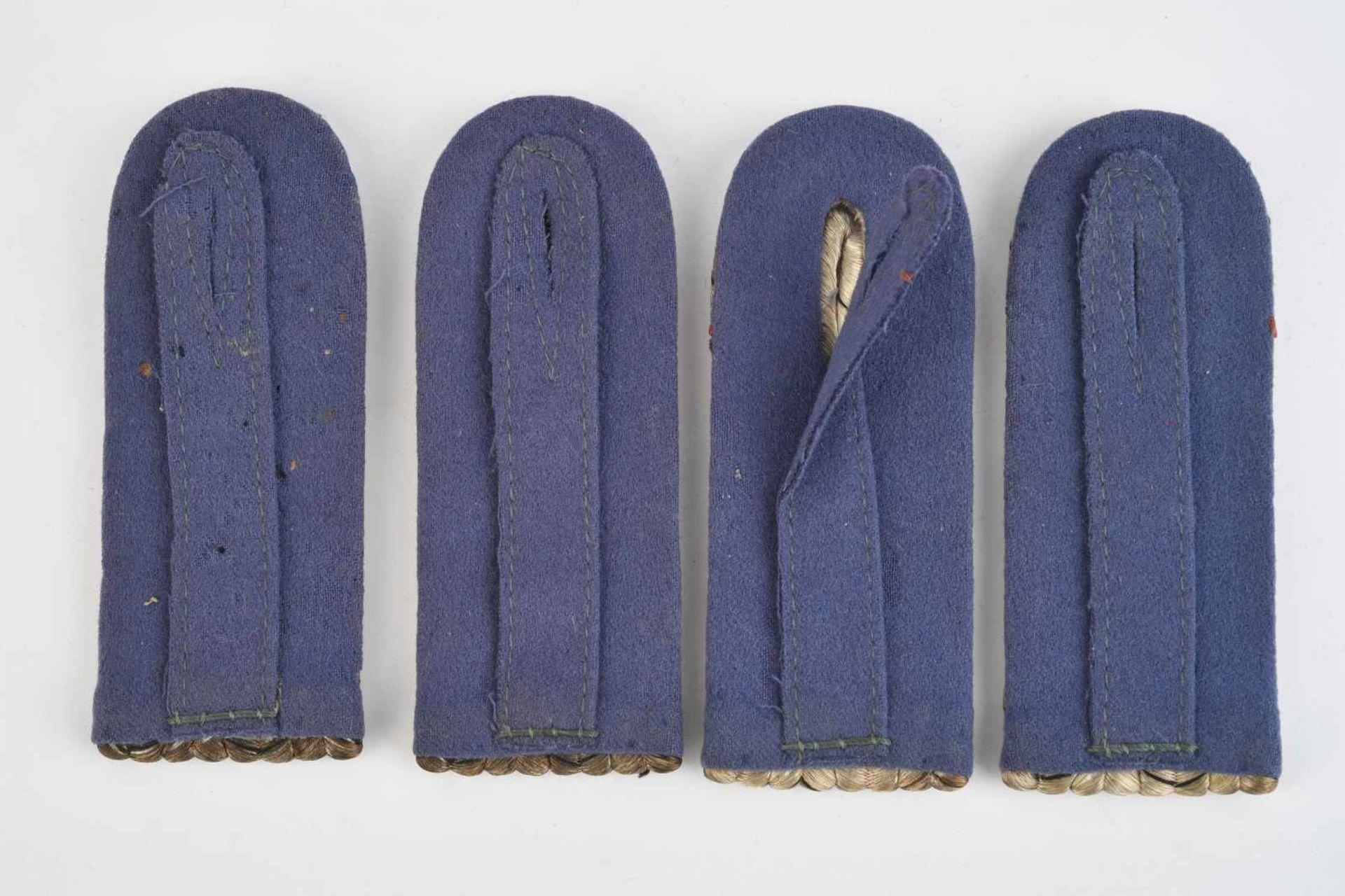 Paires de pattes d'épaules d'officier prussien. Deux paires de pattes d'épaule d'officier, fond - Bild 2 aus 2