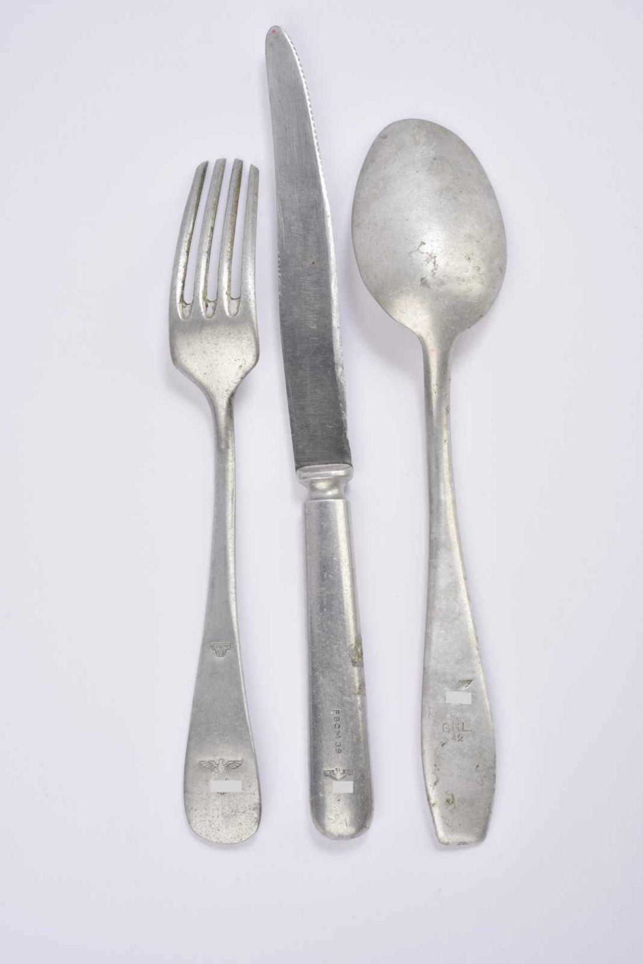 Ensemble de couverts de la Heer comprenant une fourchette en métal datée 43. Une cuillère en métal