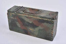Caisse à munitions camouflée troistons en bois type première guerre mondiale. Peinture camouflée