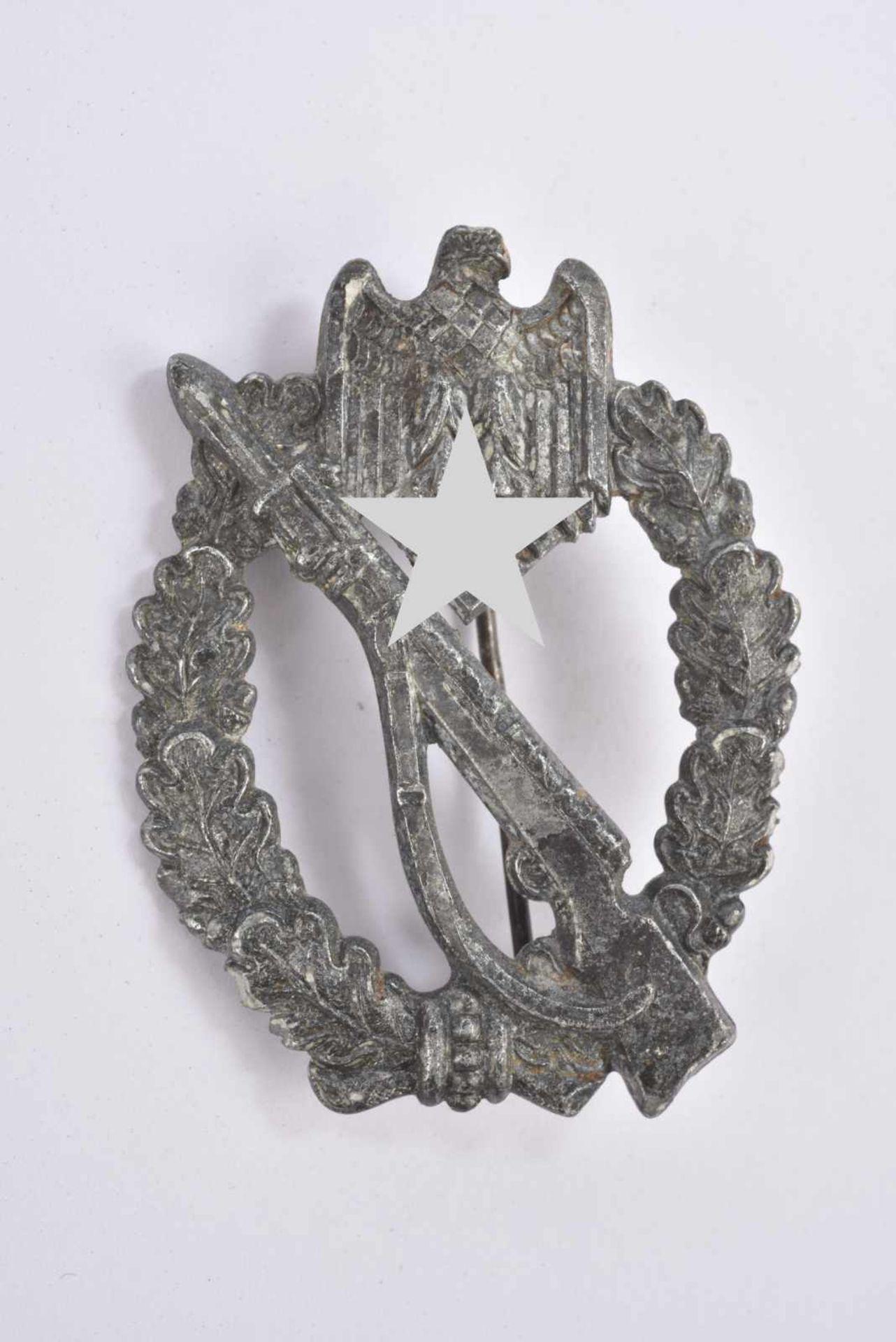 Infanterie Sturmabzeichen. En métal argenté, le système de fixation est complet. Nom du fabricant