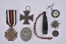 Décorations allemandes Croix de fer 2e classe, Croix 14-18. Breloque à l'edelweiss, un sifflet, un