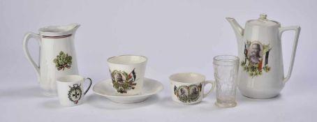 Ensemble de vaisselle 2 verseuses en porcelaine, 3 tasses et un verre Une verseuse à l'effigie de