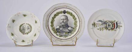 Plats en porcelaine 3 plats en porcelaine dont un à l'effigie de Hindenburg. Etat II