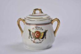 Sucrier en porcelaine décoré du drapeau de la Turquie avec l'inscription: In Treue fest, Weltkrieg.