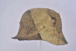 Coque de casque d'acier StahlhelmMle16 camouflé sans intérieur, peinture postérieure. Etat II