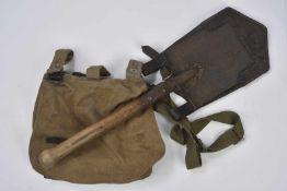 Equipements allemands Un sac à pain et une pelle individuelle avec sa protection en cuir. Etat II