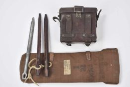Equipement allemand 14/18Lot : Un boitier en cuir pour des jumelles allemandes, un sac avec des