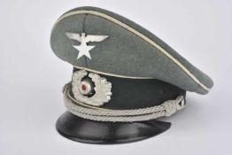 Casquette d'officier d'infanterieEn drap Feldgrau, insignes métalliques, fausse jugulaire d'