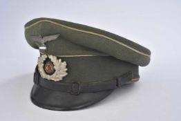 Casquette de sous-officier d'infanterieEn gabardine Feldgrau, triple liseré blanc de l'infanterie.