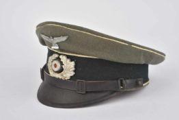 Casquette de sous-officier d'infanterieEn gabardine Feldgrau, insignes métalliques, les boutons de