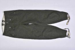 Pantalon droit de la HeerEn épais drap Feldgrau, tous les boutons sont présents. Bas des jambes
