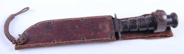 Couteau de combat US Poignée composée de six anneaux en cuir marron. Lame complète dans sa