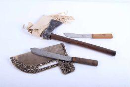 Armes indiennes Comprenant une hache avec son couvre hache en peau reconstitué. Un couteau Green