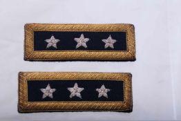Paire de grade de Général de Corps d'armée Fond bleu marine, trois étoiles brodées en fil argenté.