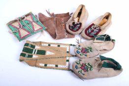 Accessoires indien Comprenant un sac en pare flèche peint à la main. Deux paires de mocassins et