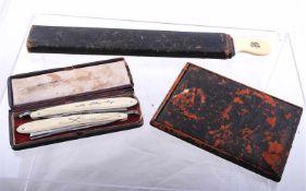 Nécessaire de rasage du Major Augustus Ingram 1869 Comprenant un miroir dans son étui en cuir (
