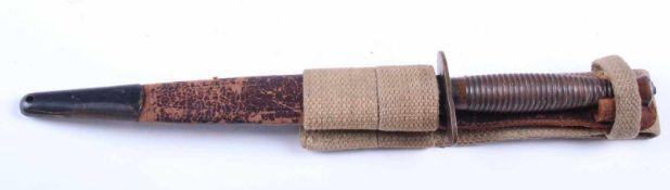 Dague B2 Poignée en métal annelée couleur bronze. Lame complète dans sa longueur. Fourreau en cuir