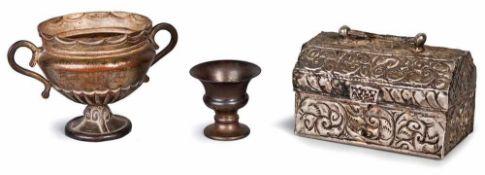 FORZIERE, COPPA E COPPETTA | A COFFER AND TWO CUPS Un forziere in metallo argentato cm 5x9x5, una