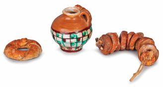 FRISELLE | BREAD Lotto composto da un fascio di friselle in terracotta policroma, un'anfora in