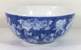 gr. Schale, China, gemarkt, Emaillemalrei auf bleuem Grund, H-8cm D-17cm