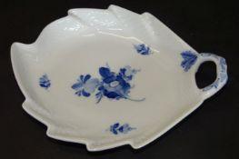 "gr. Blattschale "" Royal Copenhagen"" blaue Blumen, 23x18 cm"