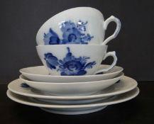 """2x Tee-Gedecke """"Royal Copenhagen"""" blaue Blumen, eine Tasse minimaler Chip"""