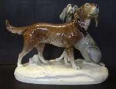 """grosses Hundepaar """"Royal Dux"""" bemalt, H-30 cm, L-43 cm, kl. Abplatzer am Sockel"""
