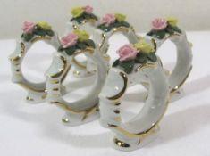 6x Serviettenringe, ungemarkt, aufgesetzte Blüten, teilw. bestossen, H-6cm.