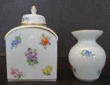 kl. Teedose und Väschen, Meissen, Streublümchen, H-9 und Vase 6 cm, beide 1.Wa