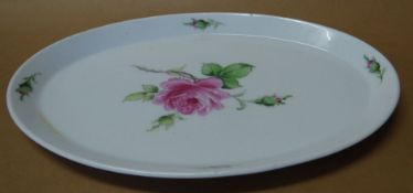 ovales Tablett. Meissen, Schwertermarke, 1.Wahl, rote Rose, Glasurverfärbungen, 28x19 c