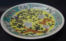 grosse China-Schale, bemalt mit Drachen und Blumen, wohl 19.Jhd., H-6,5 cm, D-34,5 cm, kurzer