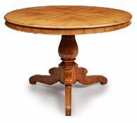Runder Biedermeier-Tisch, süddt. um 1825. Nussbaum massiv u. furn. Balustermittelsäule auf 3