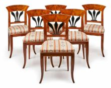Satz von 6 Biedermeier-Stühlen, süddt. um 1825-30. Nussbaum massiv u. furn. Rückenlehnen m.