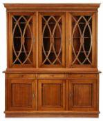 Bibliotheksschrank, Biedermeier-Stil, 20. Jh. Makore furn. 3-tür. Front m. vertieften Füllungs-
