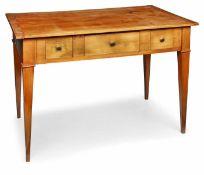 Biedermeier-Schreibtisch, süddt. um 1820. Kirschbaum massiv. Rechteck. Platte. Breite Zarge m. 3