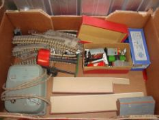 OO Gauge - Hornby Dublo - A tray of assorted wagons and accessories as lotted. (Q) (F/G)