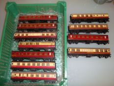 A tray of unboxed Hornby Dublo tinplate coaches - Good to Very Good (11)