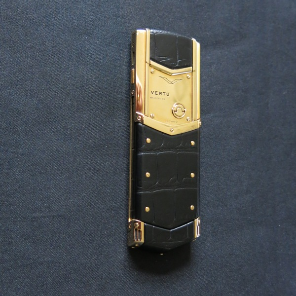Lot 12 - Vertu 18kt Yellow Gold Signature S Phone. Furnished with Black Alligator Leather, Ceramic Pillow,