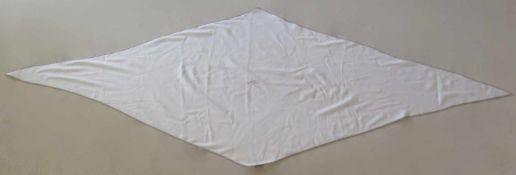 HERMES.Triangle.(long. 230 cm, larg. 90 cm). En cachemire (65%) et soie (35%), blanc cassé avec