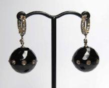 Paire de pendants d'oreilles, anciens.(long. 3.8 cm, diam. onyx: 17.5 mm, poids brut: env. 16.1