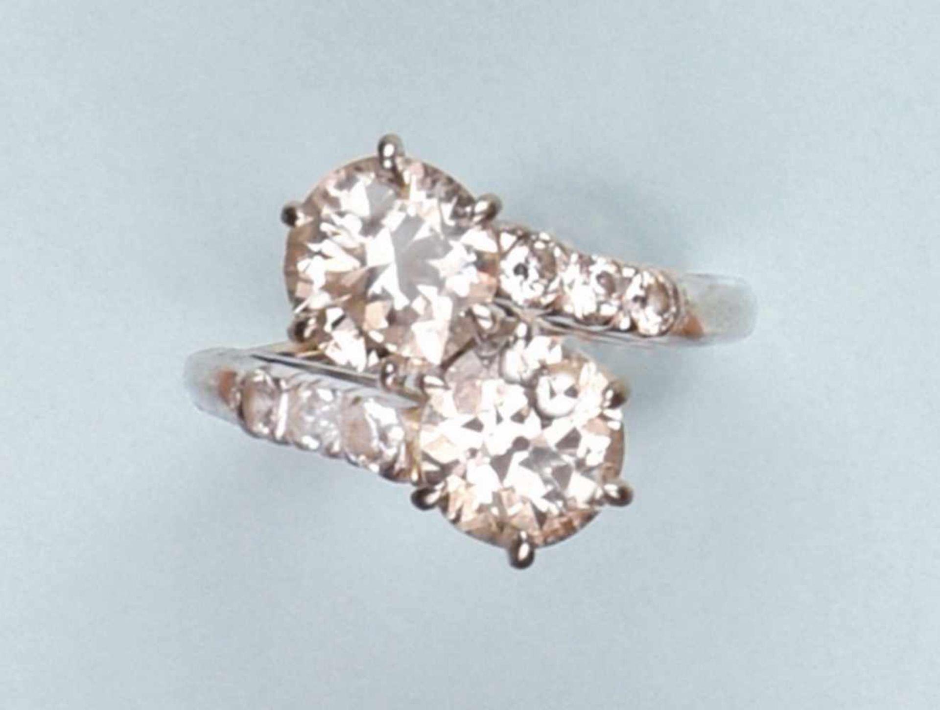 Pittoresque bague toi et moi en platine et or blanc 750. Elle est composée de deux diamants demi-